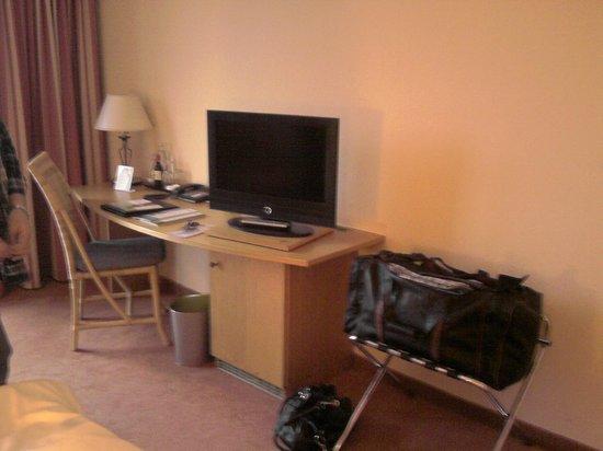 Lindner Hotel & Sporting Club Wiesensee:                   Schreibtisch und TV