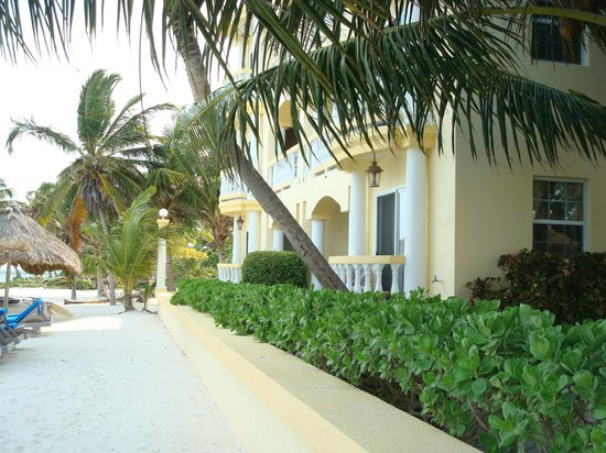 Pelican Reef Villas Resort:                   Exterior of hotel/beach front rooms