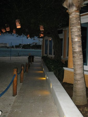 Occidental Costa Cancun:                                                       Le chemin vers l'océan à côté du buffet