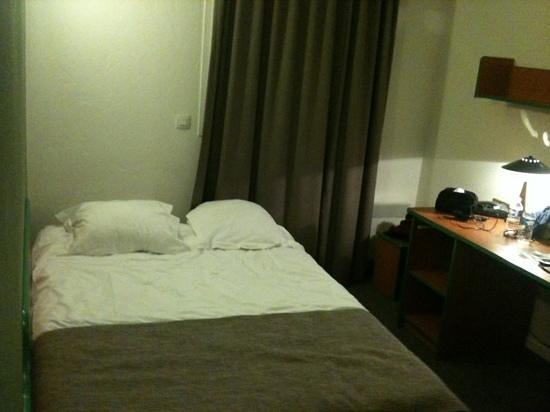 Adagio Access Bordeaux Rodesse: letto attaccato al muro senza comodini
