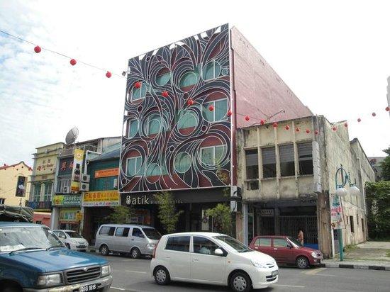 باتيك بوتيك هوتل: Street view of Batik Boutique Hotel