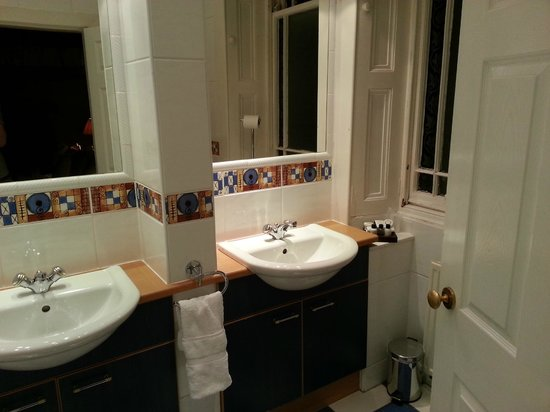 Kildonan Lodge Hotel :                   Four poster bathroom