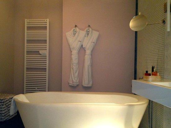 Hotel Via Mokis:                   Spacious Bathroom                 