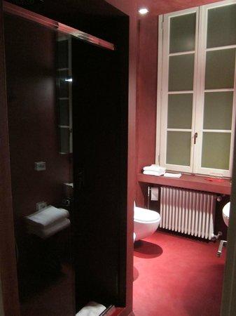 بلاتزو سيجريتي: Baño de la primera habitación que nos dieron