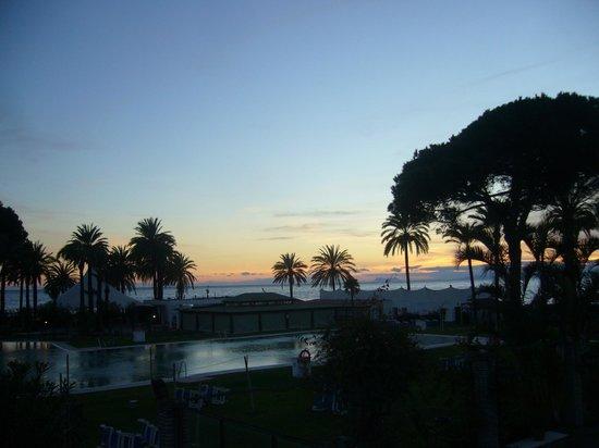 Atalaya Park Hotel & Resort: Atardecer desde salón principal