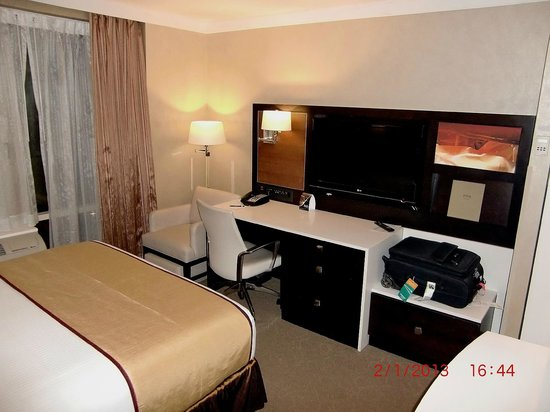 Staybridge Suites Times Square - New York City: Work desk and bag-storage facility