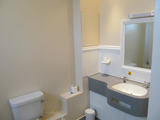 Cliffden Hotel:                                     Bathroom