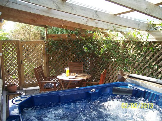 Muffins Bed & Breakfast: Relax in the private Patio and hot spa pool!