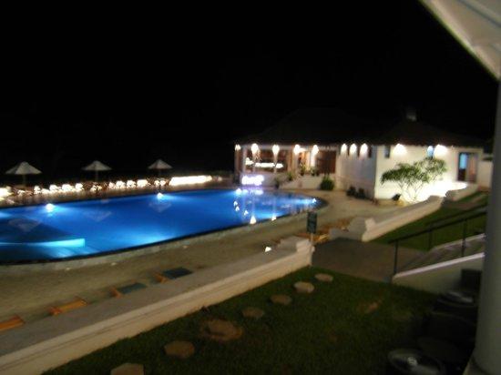 Cinnamon Citadel Kandy: Pool at night