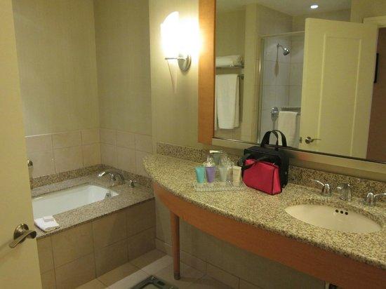 โรงแรมคอนราด ชิคาโก:                   Lots of countertop space