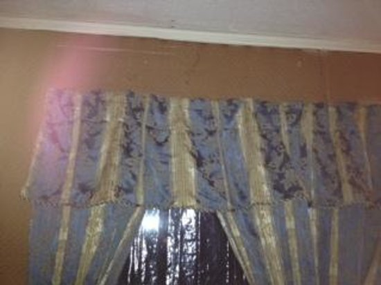 Stone's Lodge under Stratton Mtn.:                   Window treatments