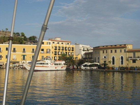 Aragona Palace Hotel: A view of the hotel from the Hydrofoil as we were leaving Ischia