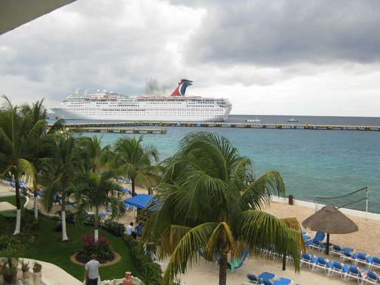 El Cid La Ceiba Beach Hotel:                   Cruise ship view from 2nd story balcony.