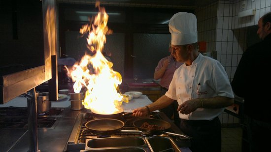 "Hotel Ubergossene Alm : Chef's show during ""Open kitchen day"""
