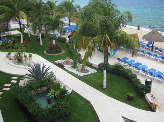 El Cid La Ceiba Beach Hotel:                   Courtyard and beach from 2nd floor balcony
