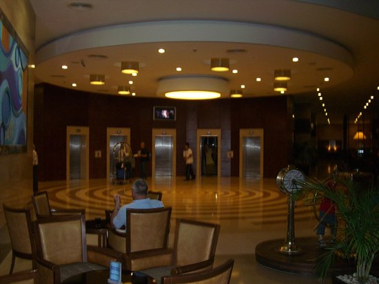 Titanic Beach Lara Hotel:                   Lifts if you look at the TV above lift 3 u will see Kate W