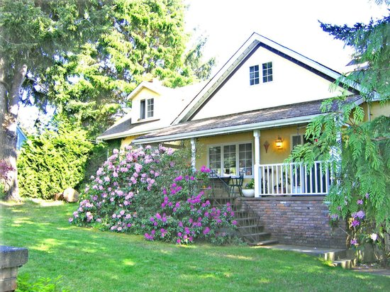 Whiffin Spit Lodge Bed and Breakfast: Spring Garden & Front Porch