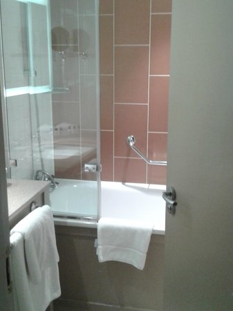 Crowne Plaza London The City:                   Very clean bathroom