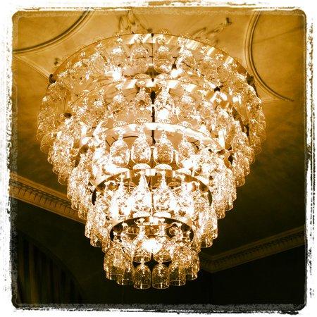 Hotel du Vin Poole : Chandelier in the lobby
