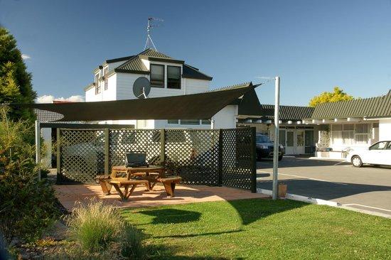 Alpine Motel: BBQ area
