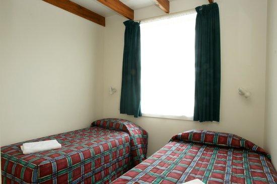 Alpine Motel: Adjacent Bedroom 2 Singles