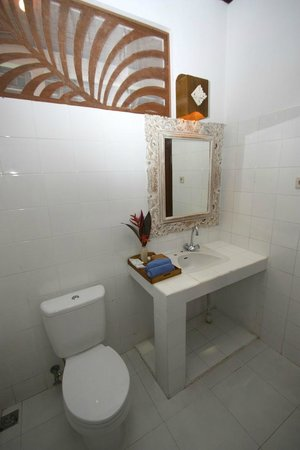 Bumi Ayu Bungalows: Superior bathroom