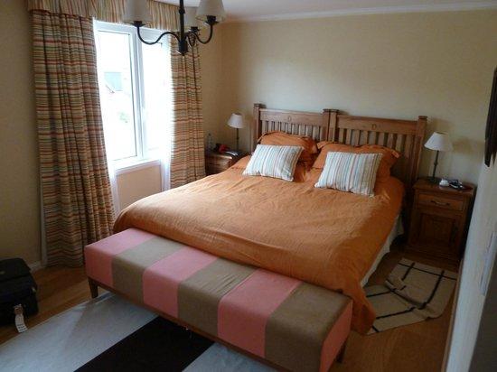 Complejo Turistico Lo de Tomy:                   Habitacion principal, cama muy comoda y gigante (King Size o mas grande)