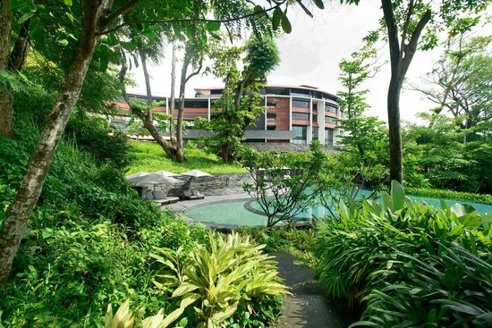 Capella Singapore: Lush grounds surroundin the second tier pool