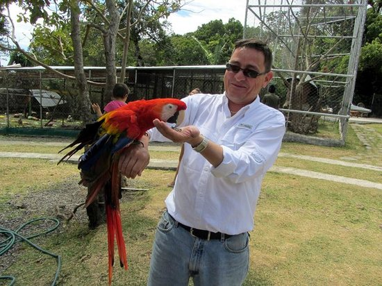 Jungla de Panama Wildlife Refuge: Luis Escobar and macaw