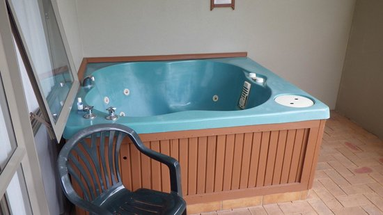 Breakers Motel: Hot tub on private patio