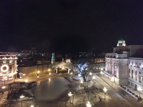 Quebec City Marriott Downtown: Night time view from room