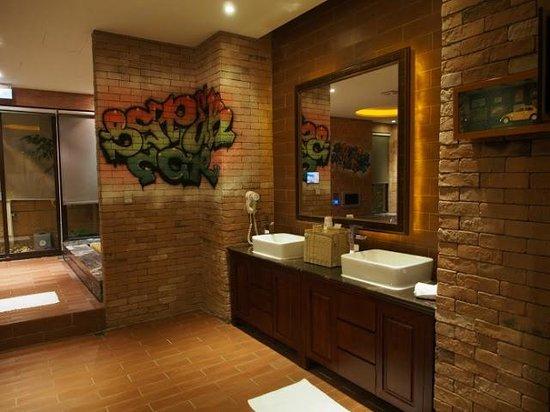 Sato Castle Motel: West Side Story bathroom