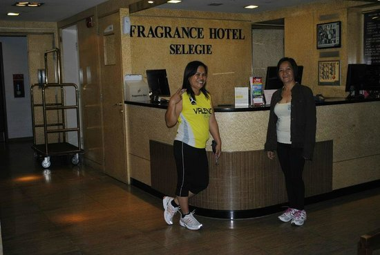 โรงแรมฟรากแรนซ์เซเลกี: @Fragrance Hotel-Selegie front desk