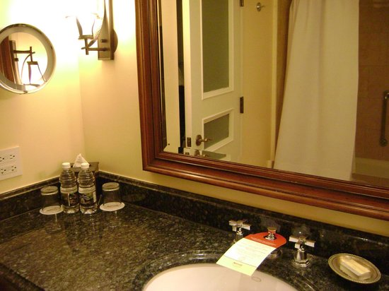San Juan Marriott Resort & Stellaris Casino : spacious bathroom
