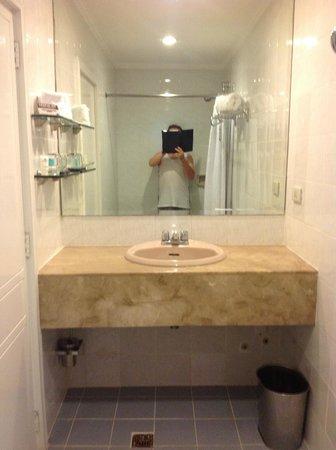 Lotus Garden Hotel: Bathroom - bit squeezy