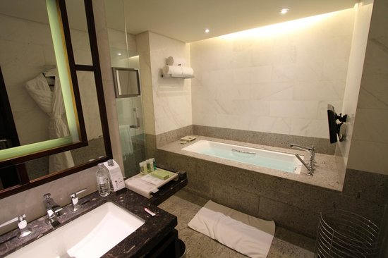 The Westin Beijing Chaoyang: Bathtub