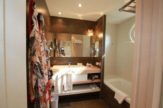 Hôtel Cezanne :                   Spacious, bright bathroom
