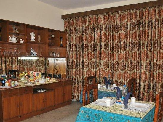 Adarsh Residency Bed & Breakfast: Buffet Table