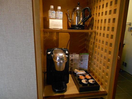 Hotel Niwa Tokyo:                   コーヒーマシンと水のボトル                 