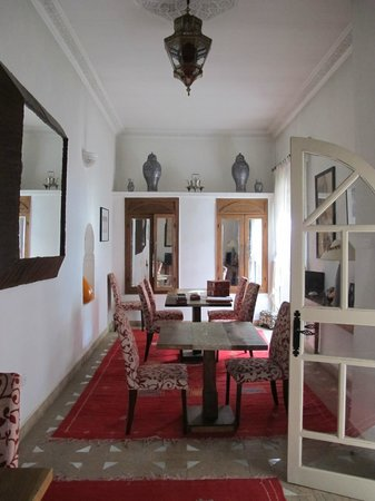 Riad Clémentine: la salle a manger et le salon