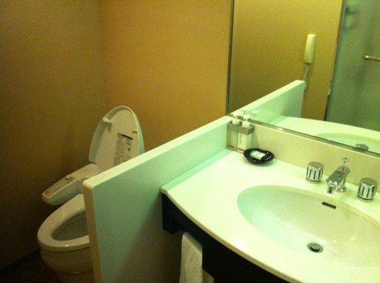 Hotel Granvia Kyoto:                   洗面ボウルの直ぐ隣に便器