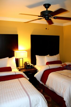 Saratoga Resort Villas: double beds