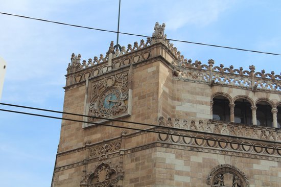 Edificio de Correos: the clock view from the street