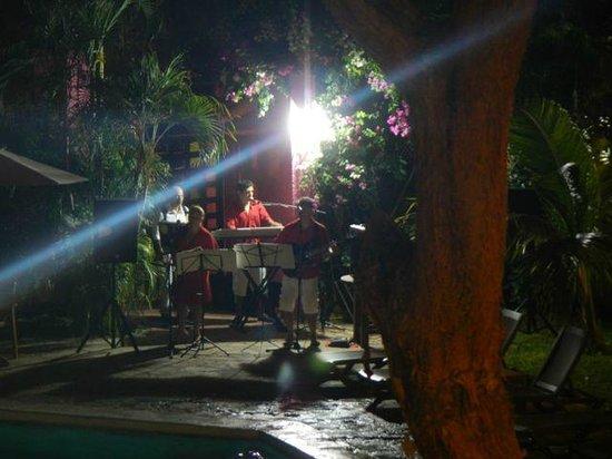 Hotel Villablanca Huatulco:                   La música en vivo en las noches