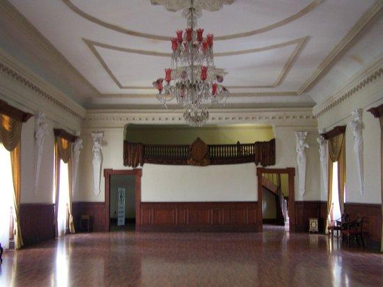 Casa Presidencial:                   El gran salon presidencial. Seguramente aqui hacìan los bailes