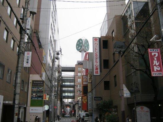 Hearton Hotel Shinsaibashi:                   ホテルの入り口から大丸が見える