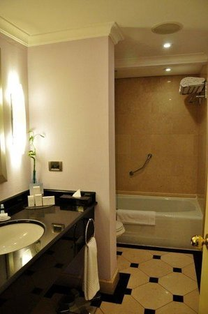 Conrad Istanbul Bosphorus:                   Bathroom at room no 1116