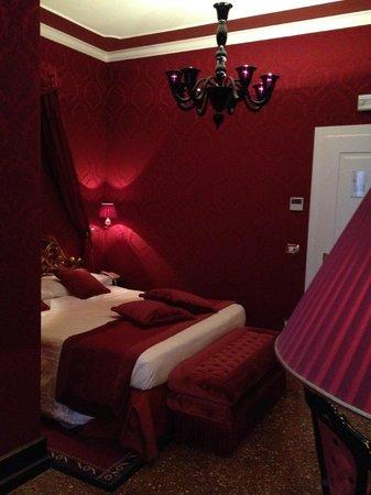 Hotel Al Duca Di Venezia Beautiful Red Room