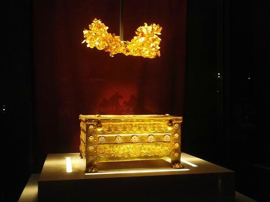 Vergina, Grèce : the gold larnaca (funerary casket) and golden wreth of Phillip II