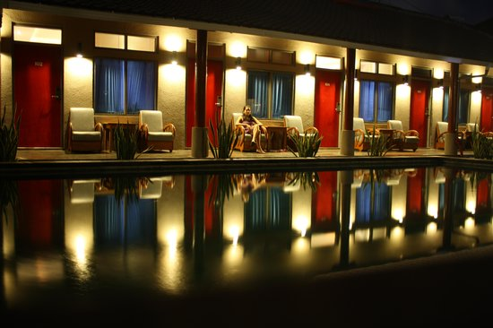 Kayun Hostel :                   Pool Side & Rooms